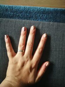 Ich muss vor allem drauf achten, dass meine Nägel immer gepflegt aussehen und Nagellack oder Nagelfolien drauf sind. Wenn nicht, neige ich eher zur Knibbelei.
